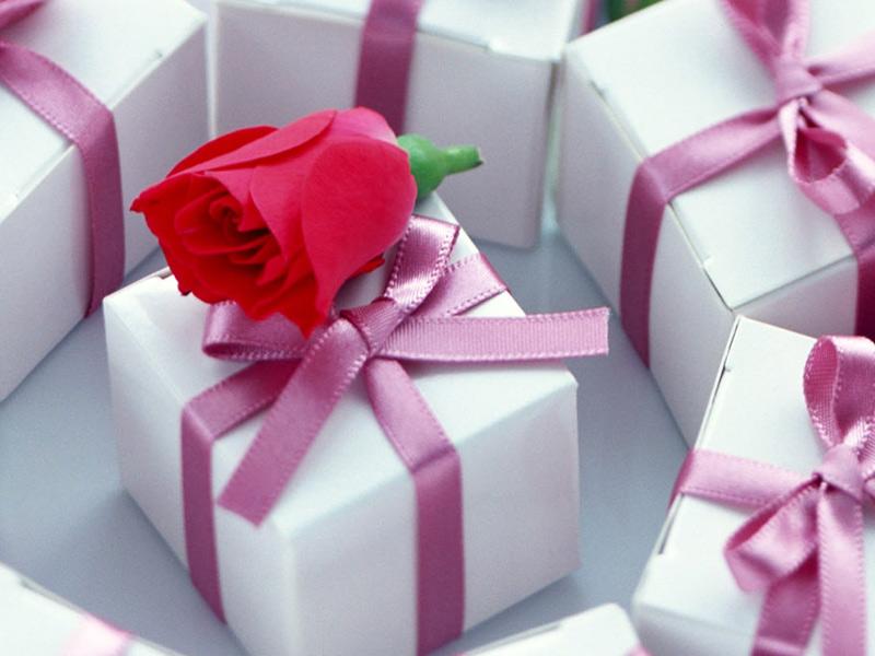 Открытка для девушки с подарком 93